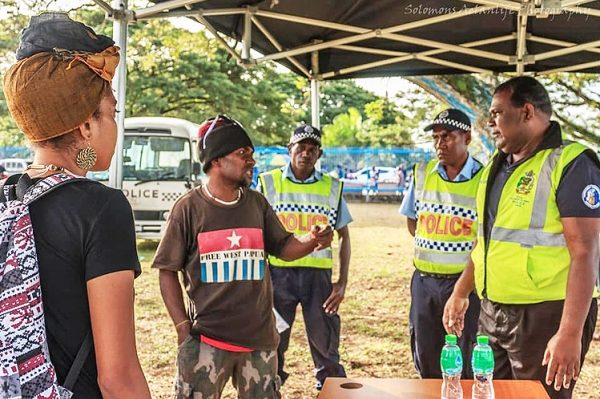 Local West Papua Activist Ben Didiomea, questioning members of the Royal Solomon Islands Police Force (RSIPF) why they confiscated teh Morning Star flag.[Photo: Solomons Aelanlife Photography]