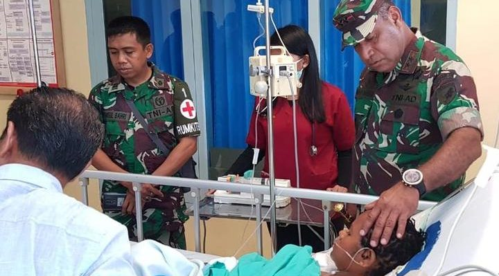 The Indonesian military's Cenderawasih district chief commander Herman Asaribab visiting victims of Puncak shootings in hospital. Photo: TNI