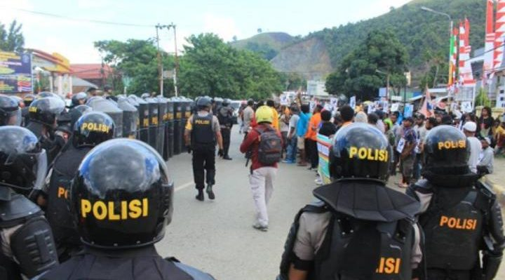 Police blockade the protest in Jayapura. Photo: Whens Tebay